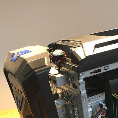 Der vordere Teil des PCs liegt offen.